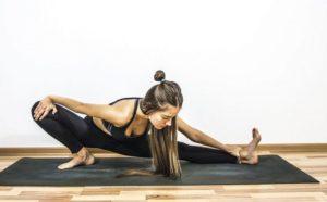 Упражнение для растяжки ног в йоге